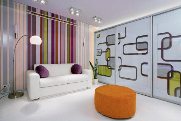 контрастные полоски в современной гостиной