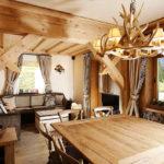 стильный интерьер гостиной из дерева
