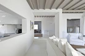небрежность балок потолка над белой идилией