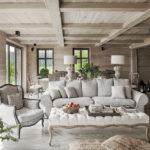 белая гостиная в деревянном доме