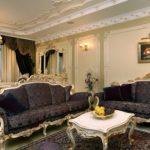Маленькая гостиная в классическом стиле, темный диван, фрукты на столе
