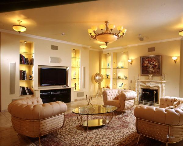 красивый интерьер с правильным освещением в гостиной