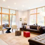 коричневый диван в светлом интерьере