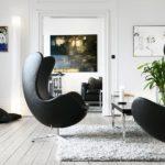 черное кресло оригинальной формы в светлой гостиной