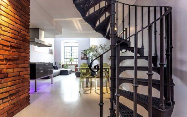 черная винтовая лестница на второй этаж