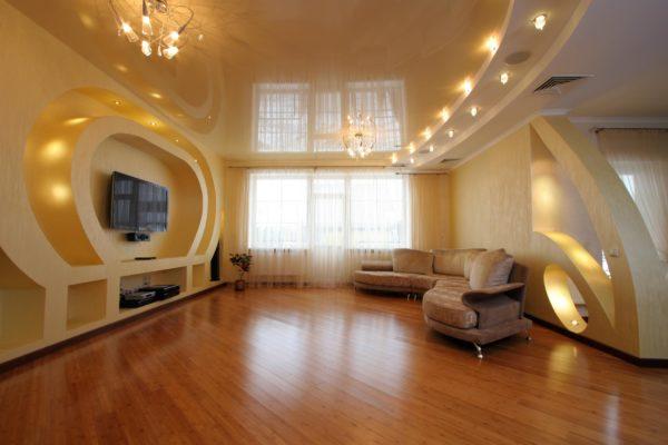 точечное освещение потолка гостиной комнаты