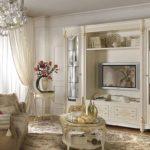Маленькая гостиная в классическом стиле, телевизор, сервант