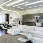 оригинальный дизайн и белая мебель в гостиной хай тек