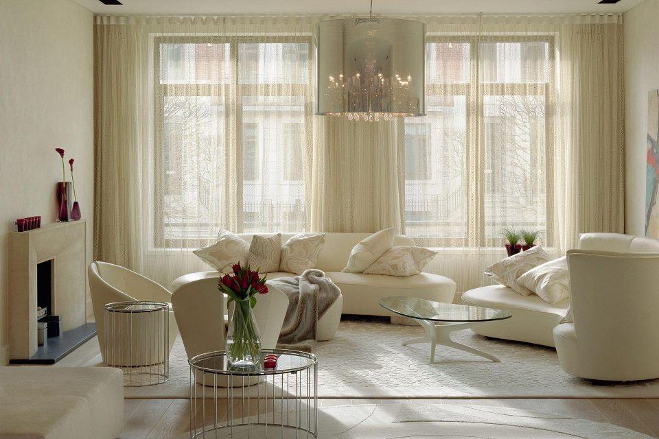легкие светлые шторы в дизайне гостиной