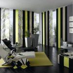 интеренсный полосатый принт штор в интерьере гостиной комнаты