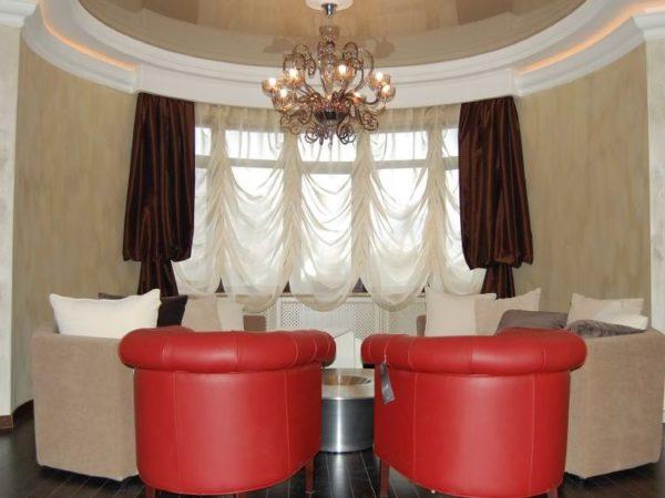 короткие шторы в дизайне современной гостиной
