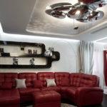гостиная хай тек с ярким диваном