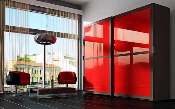 красный шкаф купе в интерьере гостиной