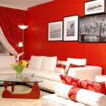 красные стены гостиной в сочетании с белым гарнитуром