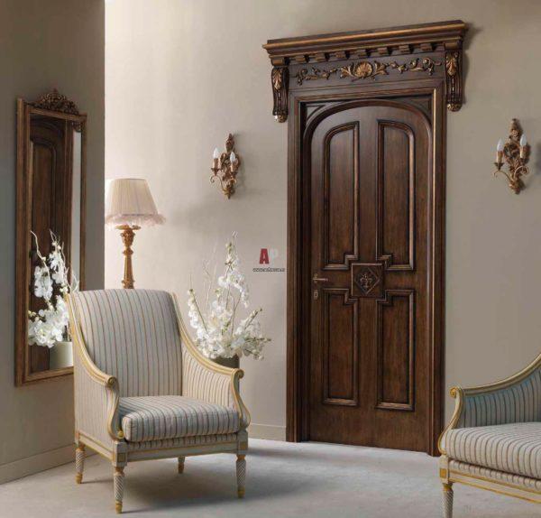 Деревянная дверь в гостиной