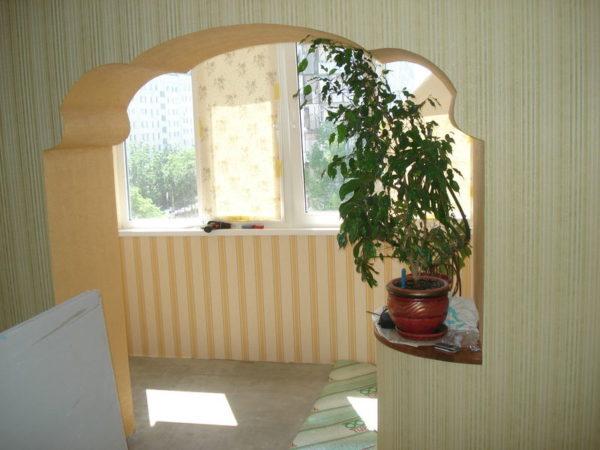 Интересная форма арки между комнатой и балконом