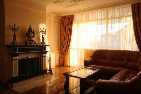 Кожаный диван в классической гостиной