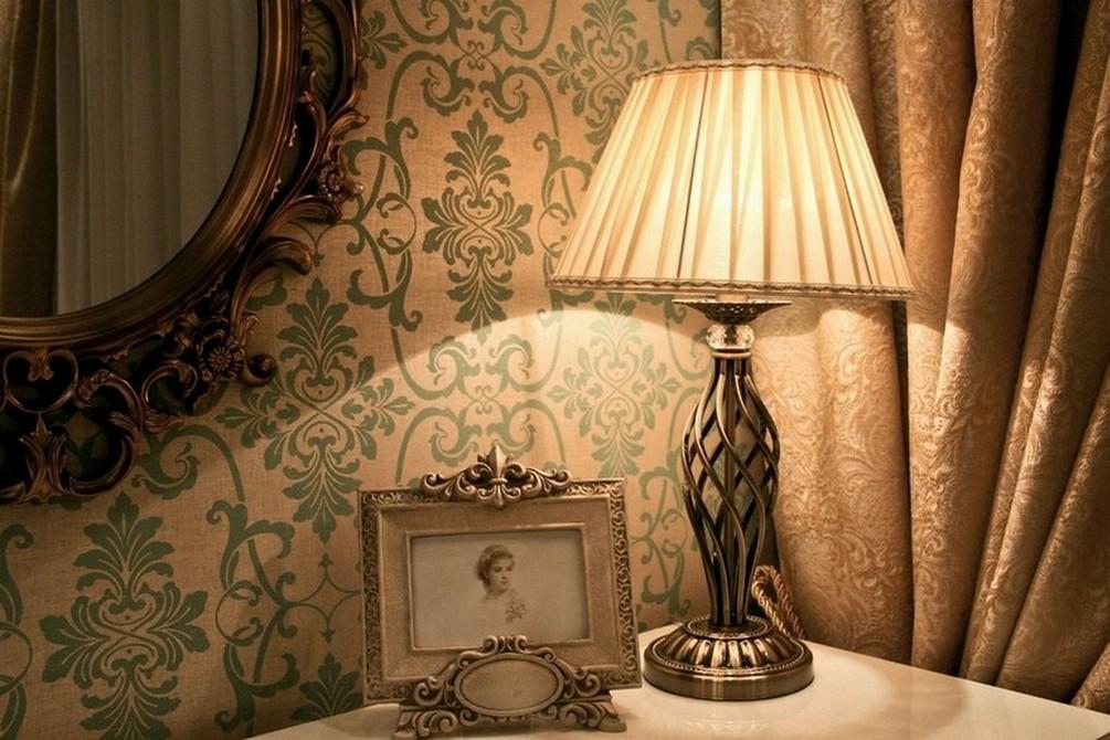 Настольные светильники для гостиной в интерьере фото