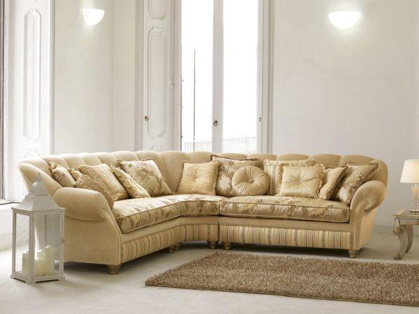 Кремовый большой диван с подушками