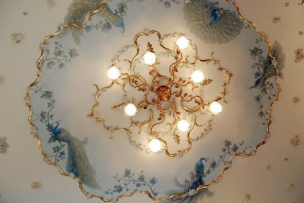 Расписанный потолок в гостинной