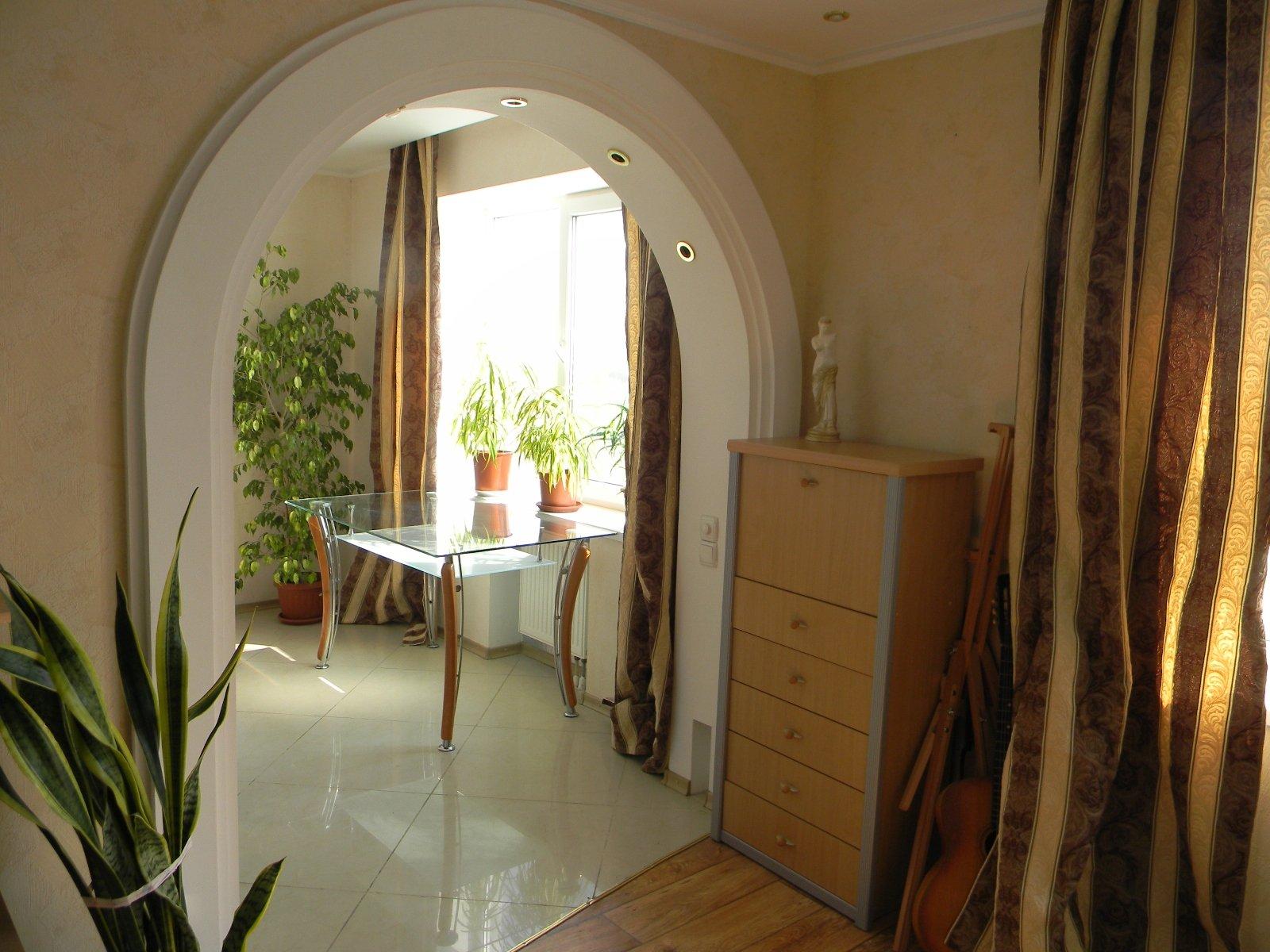 Фото интерьер комнаты с аркой