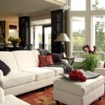 белый диван и кресла в гостиной с темными акцентами