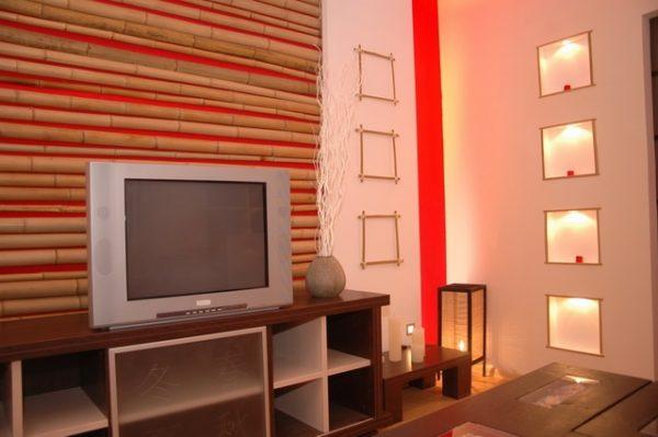 Бамбуковая стена в зоне отдыха с телевизором.