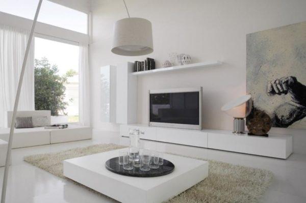 Гостиная в белых тонах с графити и телевизором