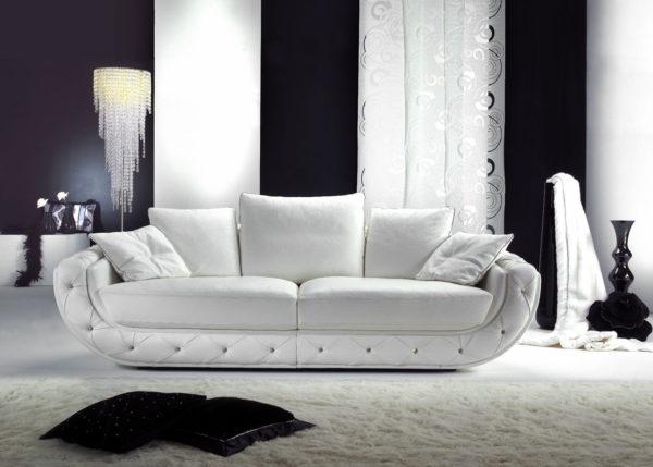 стильный белый диван в интерьере гостиной комнаты