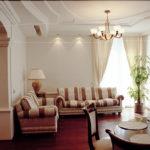 Полосатый диван в гостиной