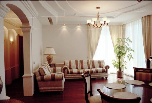 Полосатый диван в гостинной