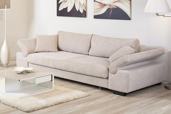 Уютный диван с широкими подлокотниками для гостиной