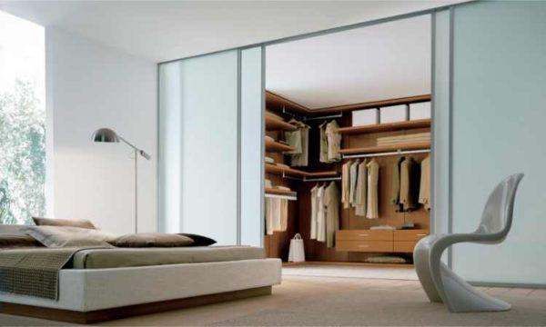 Раздвижные двери используют для зонирования спальни и гостиной