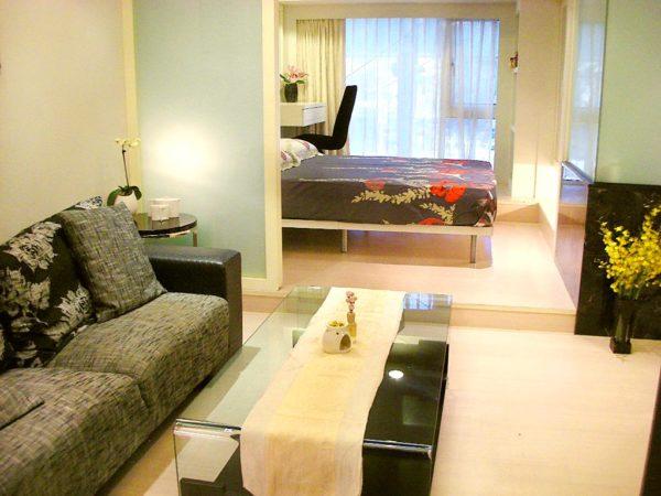 Бежевая гостиная с черными и цветочными пинтами