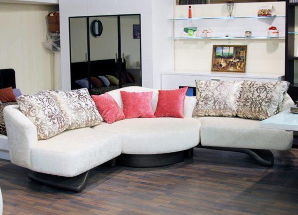 белый диван с розовыми подушками