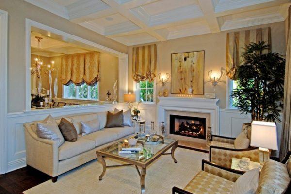 В небольшой классической гостиной хорошо смотрятся римские шторы
