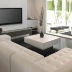 белый диван и белый столик