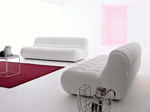 большой мягкий диван белого цвета и оригинальной формы