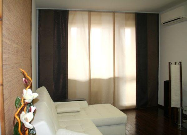 В маленькой гостиной хай-тек используйте японские шторы