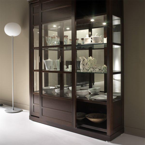 шкаф витрина для светлого интерьера