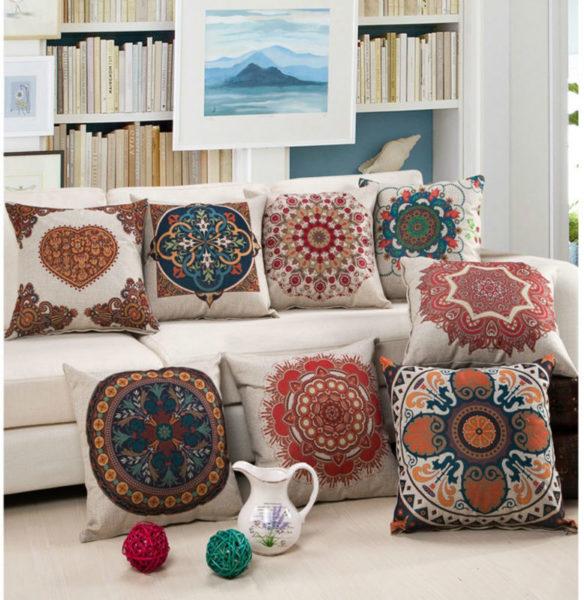 подушка для дивана с цветочным орнаментом