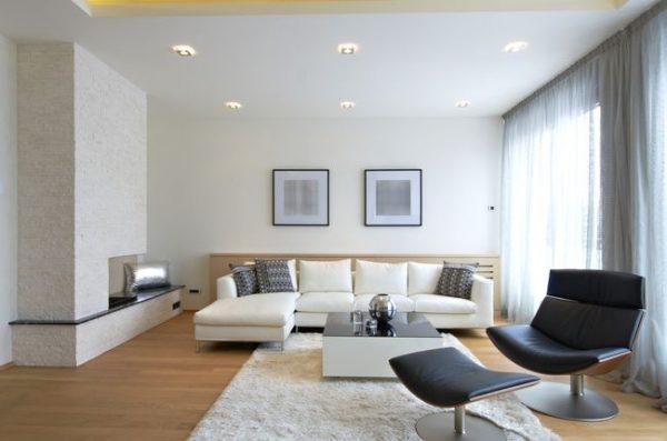 черное кресло в дизайне светлой гостиной