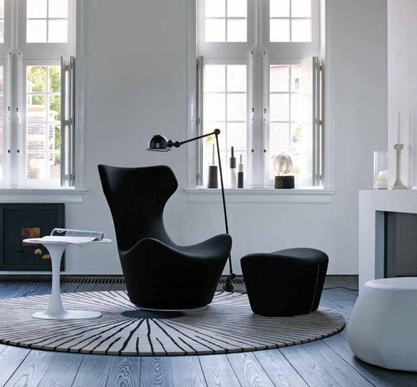 черное кресло в белом интерьере гостиной