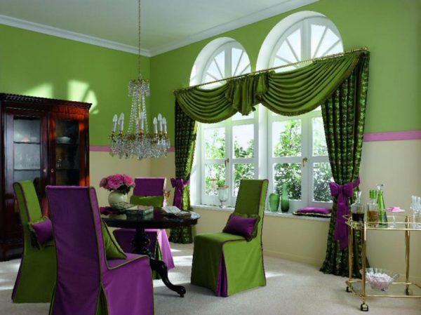 яркий ламбрекен в интерьере современной гостиной