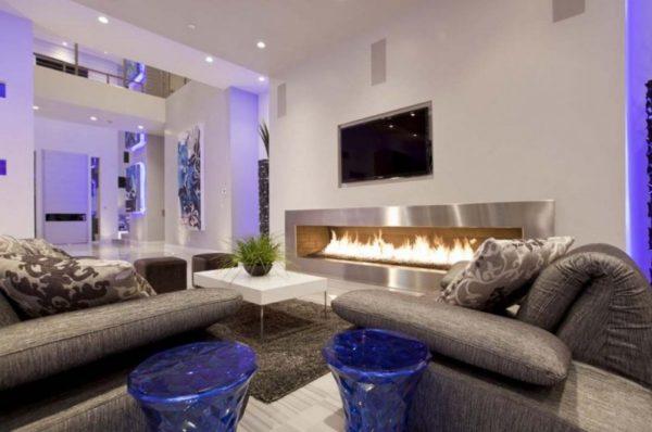 стильный камин и телевизор в гостиной
