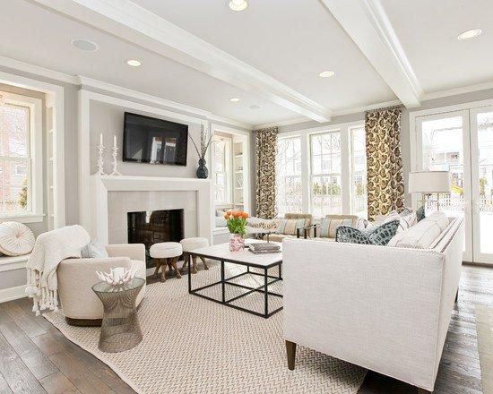 светлая мебель в современной гостиной комнате