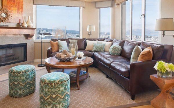 коричневый диван с гобеленовыми акцентами