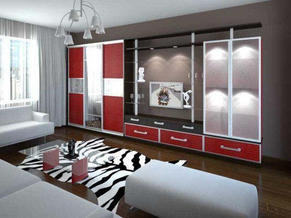 яркий шкаф купе с комбинированным фасадом в интерьере гостиной