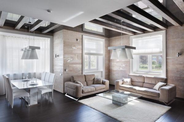 балки в интерьере потолка кухни-гостиной