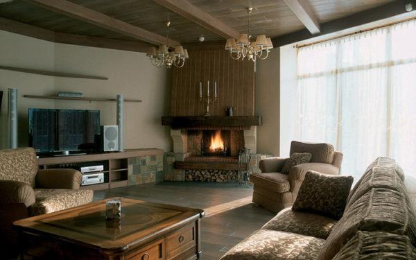 современная гостиная с камином и телевизором в квартире